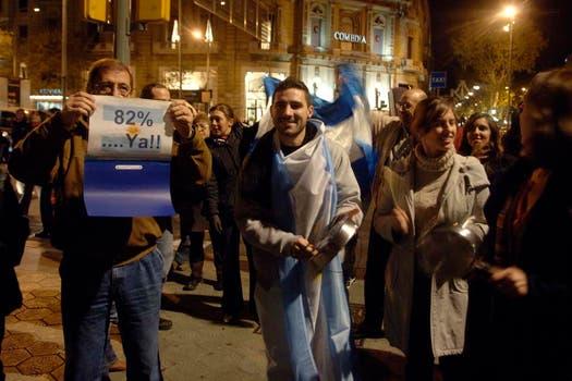 Frente al Consulado argentino en Barcelona, España. Foto: LA NACION / Adrián Quiroga