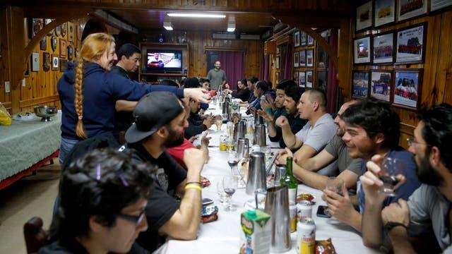 Salon central de las instalaciones de la base Carlini donde todos comparten la cena. Foto: LA NACION / Fernando Gutierrez