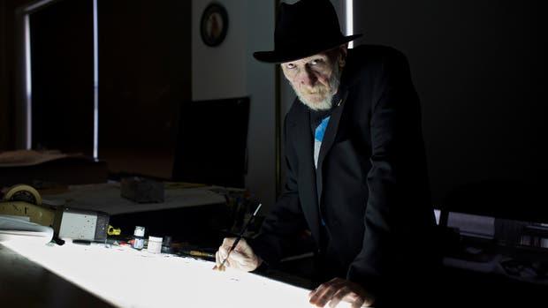 Manos a la obra: Miller en su mesa de trabajo