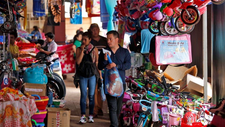 Las tiendas de Encarnación invadieron las veredas de la ciudad. Foto: LA NACION / Emiliano Lasalvia /Enviado especial