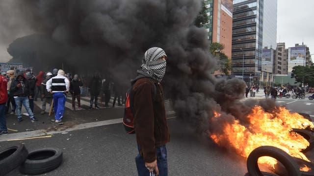 Los manifestantes quemaron gomas y contenedores de basura e impidieron la circulación del Metrobus