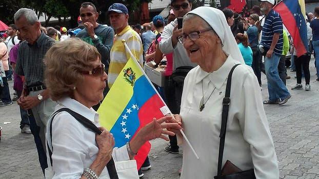 Los abuelos marchan en Venezuela para protestar contra el gobierno, Caracas amaneció con la sorpresa de varios contenedores cortando el paso de los puentes del río para que no puedan cruzar de una zona a otra. Foto: LA NACION / Daniel Lozano