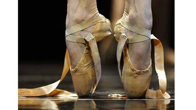 """Pies de una bailarina del Ballet Complexions Contemporary interpretando una escena de """"Moon Over Jupiter"""" antes de salir a escena, en el Joyce Theater de NY."""