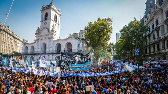 Organizaciones de Derechos Humanos, agrupaciones políticas y ciudadanos se concentran en Plaza de Mayo, a 41 años del último golpe de Estado, y en el marco del Día Nacional de la Memoria por la Verdad y la Justicia. Foto: LA NACION / Maxie Amena