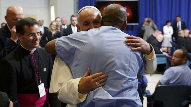 El saludo del Papa a uno de los presos en la cárcel que visitó ayer