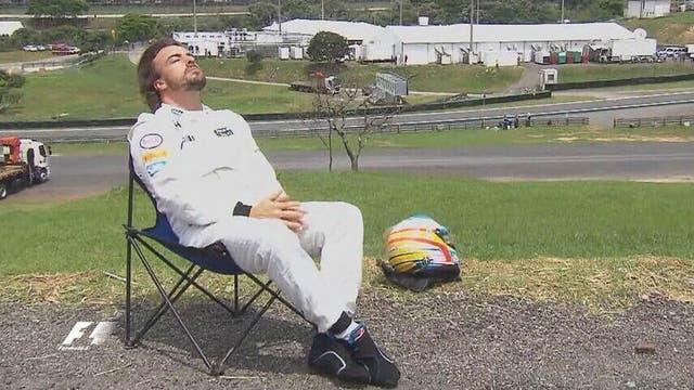 En 2015, Fernando Alonso tuvo que abandonar la clasificación por problemas en su McLaren, y se sentó a tomar sol; en Hungría, rescataron ese recuerdo para hacerle una pintura
