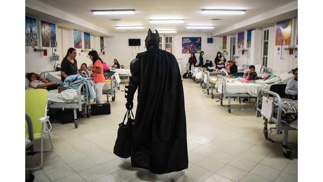 Batman llegando a una de las salas con niños internados en el hospital Sor Maria Ludovica de La Plata