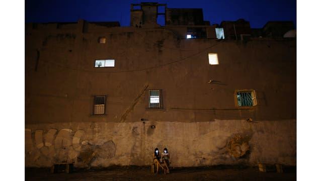 Gabriela Monteiro de 16 años y Gisele Rodriguez de15,se conectan a internet en un barrio de La Habana