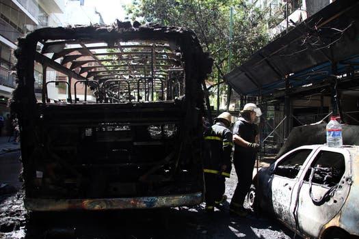Junto al colectivo se incendió por completo un auto particular que estaba estacionado al lado. Foto: LA NACION / Guadalupe Aizaga