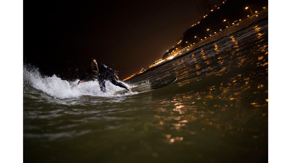 Ernesto Benavides monta una ola en la playa de La Pampilla. Foto: AP / Rodrigo Abd