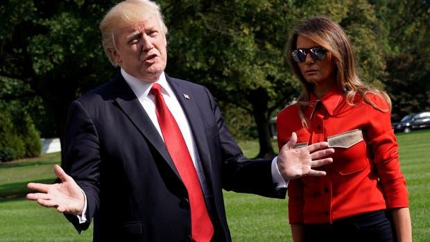 El presidente estadounidense Donald Trump se dirigió a la prensa desde Camp David, junto a su mujer, Melania