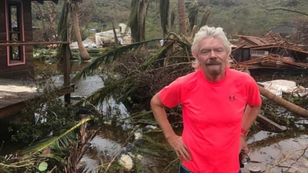 El multimillonario, Richard Branson en la isla Necker después del huracán