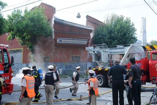 Incendio fuera de control y derrumbe en Barracas. Foto: DyN