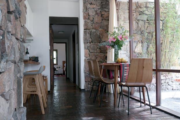 La casa era un monoambiente traslúcido integrado por living, comedor y cocina. Los dormitorios se agregaron en una reforma posterior.