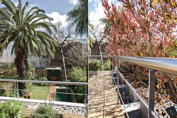 Vista desde la terraza hecha con deck de madera de lapacho, de gran dureza y durabilidad. Más allá de la baranda, el espacio libre aparece relleno con piedra bocha..