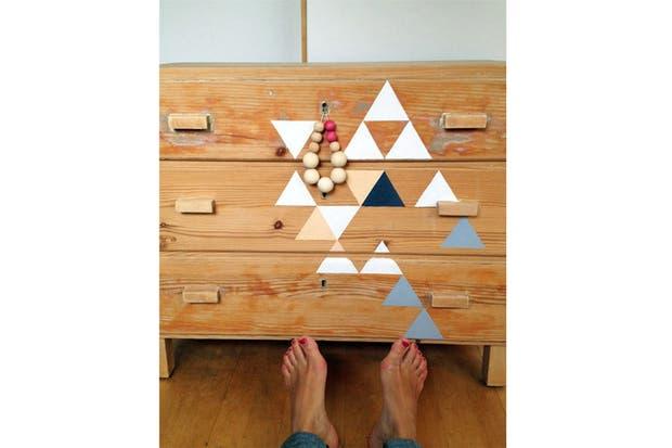 Una vieja cómoda toma color con algunos triángulos pintados a mano. Foto: poppytalk.blogspot.ca.