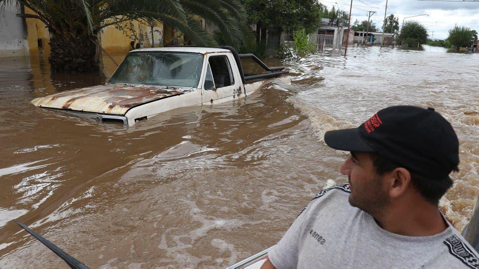 Un hombre navega por las calle y observa el panorama desolador. Foto: LA NACION / Fernando Font
