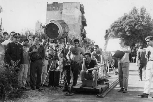 Leonardo, en el rodaje de Crónica de un niño solo (1964), la primera película que dirigió. Foto: Archivo