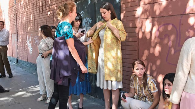 Ruth Fischerman, ultimando detalles de vestuario.