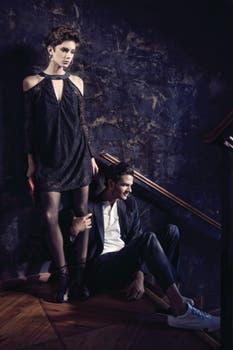 Ella, vestido de encaje ($ 1540, Something Else), medias de nylon ($ 240, Selú), sandalias ($ 5290, Sarkany), sobre ($ 1898, Besha); él, remera y ambo de saco y pantalón ($ 936 y $ 12.896, Giesso), zapatillas de cuero ($ 1500, Hush Puppies). Foto: Lucía Uriburu