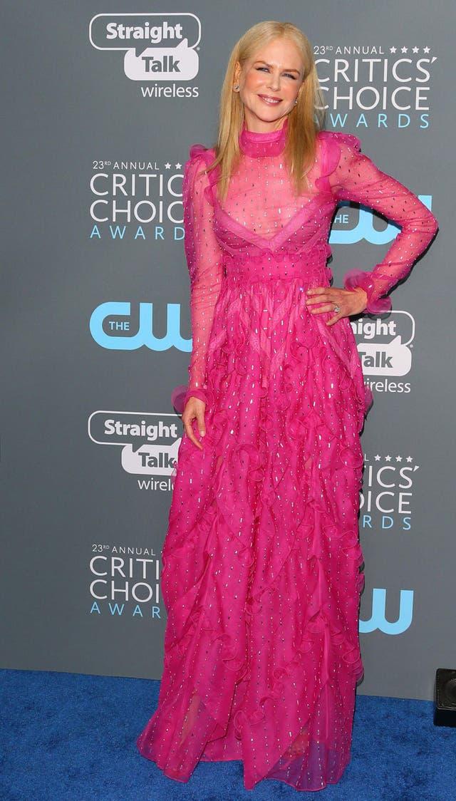 Nicole Kidman, de rosa chicle, ganó un premio como mejor actriz para película de TV o miniserie