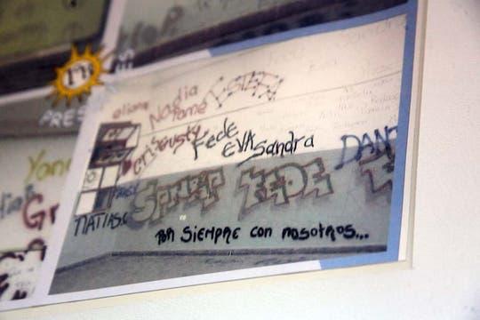 Los graffitis que los compañeros de las víctimas pintaron en las paredes. Foto: LA NACION / Matías Aimar