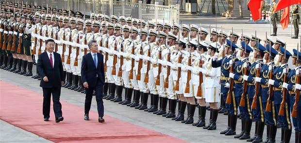 Xi y Macri pasan revista ante los efectivos militares chinos, parte del protocolo de la visita de Estado