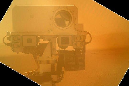 Utilizando una de sus cámaras en el brazo robótico, el Curiosity fotografío su cámara principal llamada MAHLI, ubicada en el punto más alto de su estructura.. Foto: NASA