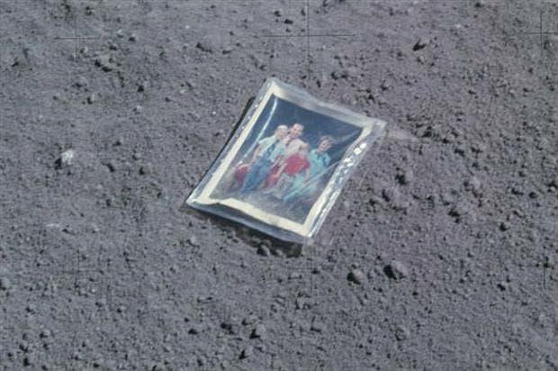 Una foto de Charlie Duke, su esposa Dotty y sus hijos, depositada en la Luna durante la misión Apolo 16, en 1972