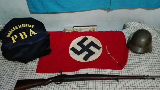 Cinco personas fueron detenidas hoy con más de tres toneladas de cocaína y objetos relacionados con el nazismo