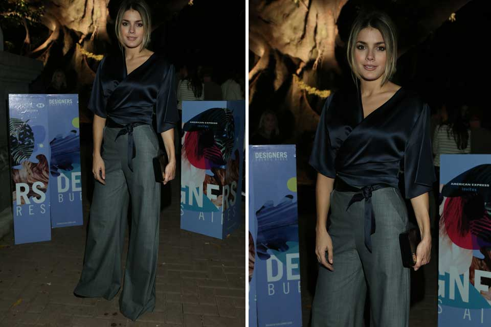 Natalie Perez y un look muy protocolar: camisa de seda cruzada y palazzo en color gris.