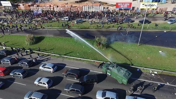 Un camión hidrante actúa contra el piquete en Panamericana y 197; los automovilistas quedaron en el medio