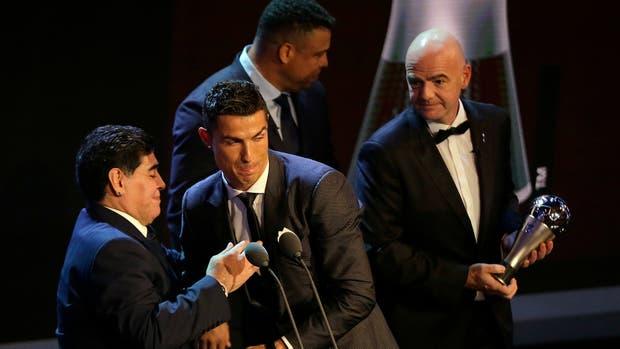 Maradona presenta a Cristiano Ronaldo ganador del premio a mejor futbolista en la gala de premiacion de The Best que se realiza en Londres