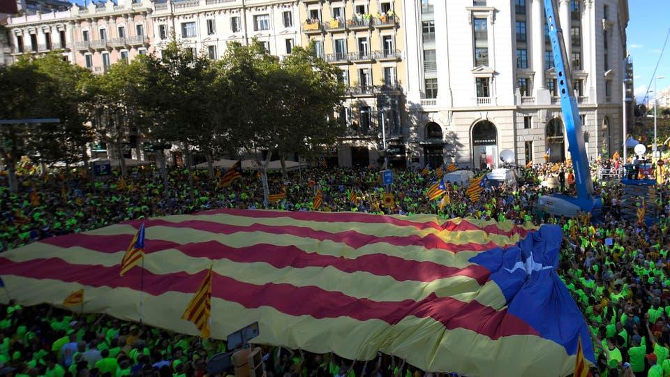Miles y miles de personas con banderas esteladas -el símbolo independentista- taponaron desde la mañana el centro de Barcelona. Foto: AFP