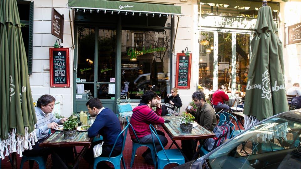 Llena sus tilos que perfuman las veredas en verano y de restaurantes que convirtieron al boulevard en el nuevo centro gastronómico del área sur de la ciudad de Buenos Aires. Foto: LA NACION / Mauro Alfieri