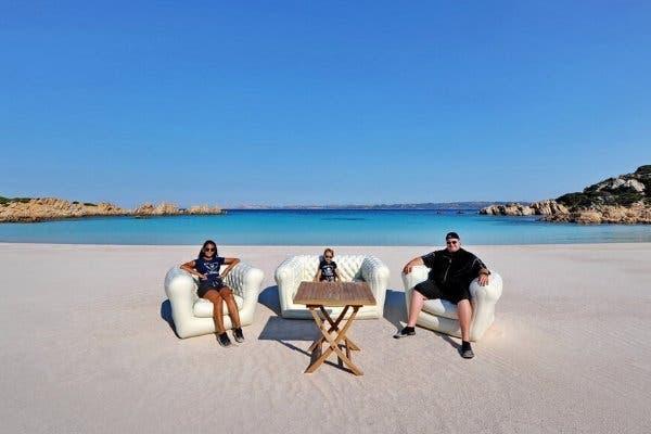 Kim Dotcom,el fundador de Megaupload, junto a su familia en una playa; suele publicar en Twitter fotos de este estilo