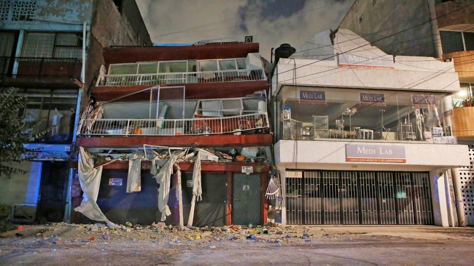 Las autoridades han dispuesto albergues para que pasen la noche familias que han perdido su casa o registra severos daños estructurales. Foto: AP