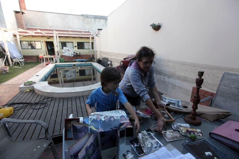 Mirta y Felipe intentan recuperar fotos y recuerdos familiares. Foto: LA NACION / Santiago Hafford