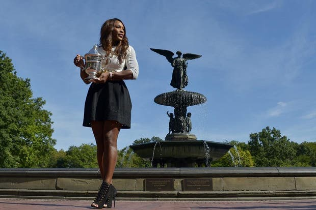 Tras ganar el US Open por quinta vez, la tenista norteamericana fue a los estudios del programa Good Morning America y posó con el trofeo.  /Fotos de EFE, AP, AFP y Reuters