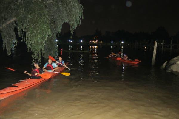 La remada nocturna consiste en navegar a la luz de la luna llena, recorriendo ríos y arroyos. Foto: Gentileza Delta Kayak Aventura