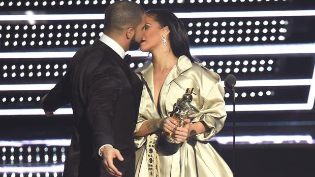 ¿Se viene el beso? Drake antes de darle un galardón a Rihanna, habló sobre sus sentimientos por ella