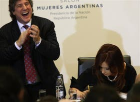Cristina Kirchner firma el decreto de promulgación de la ley de estatización de YPF ante la euforia de Boudou