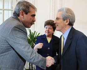 Antes de las críticas, el saludo: Fernández y Valenzuela ayer en la Casa Rosada
