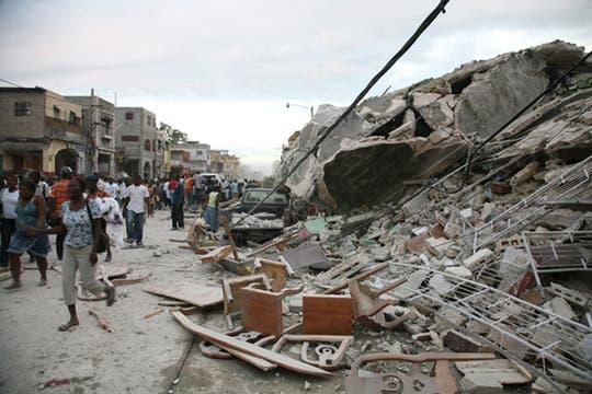 Miles de haitianos caminan por las desvastadas calles de la ciudad.. Foto: AFP