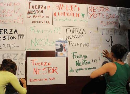 Los carteles expuestos afuera del sanatorio. Foto: LA NACION / Mauro Alfieri