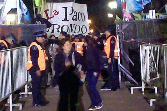 La policía custodiaba a la noche el acceso al frente de la Casa Rosada. Foto: lanacion.com / @msolamaya