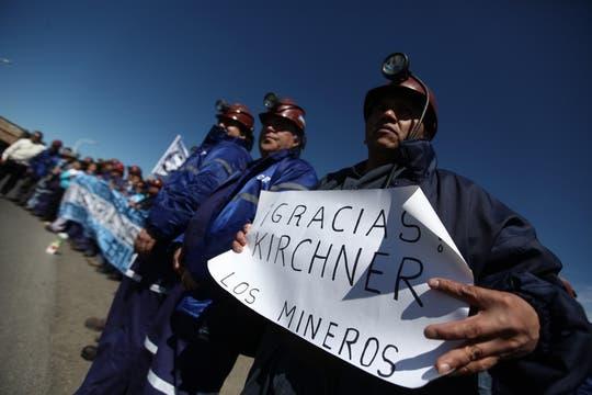 Un grupo de mineros de Río Turbio se acercó a la ruta para esperar el paso de los restos del ex Presidente. Foto: LA NACION / Maxie Amena / Enviado especial