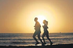 Correr antes de desayunar hace que el cuerpo queme primero grasa, y no carbohidratos