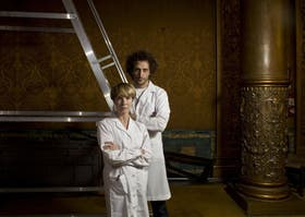 PAREJA: Luciano Cáceres y Gloria Carrá, con los guardapolvos de sus personajes en 4D Optico