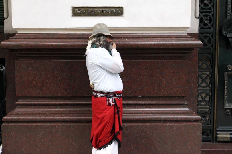 Un gaucho habla por celular en Avenida de Mayo, 11 de noviembre. Foto: LA NACION / Fabián Marelli